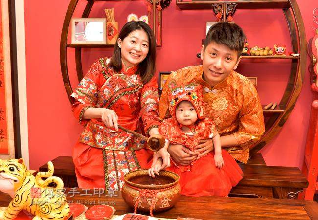 爸媽給寶寶淨手儀式拍照紀念照