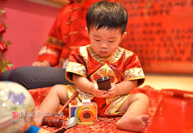 寶寶手抓手機照