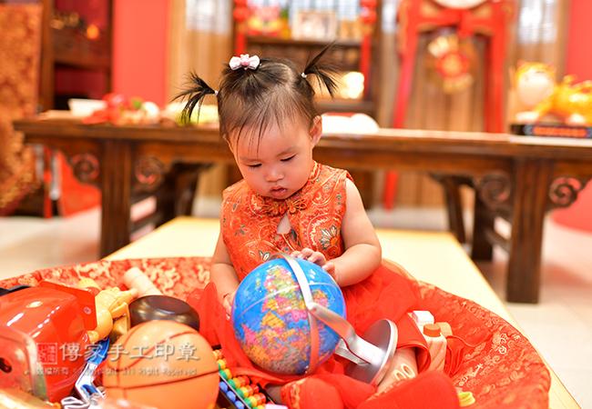 寶寶手抓地球儀照