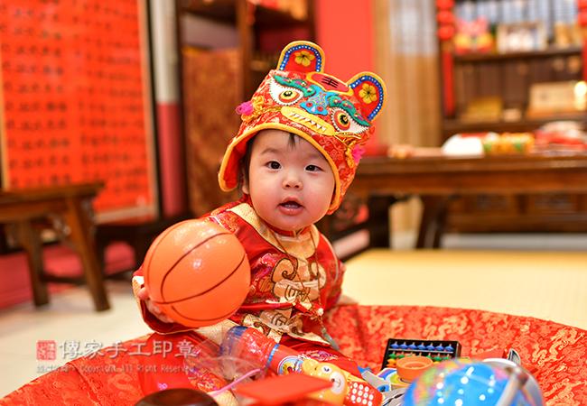 寶寶手抓籃球