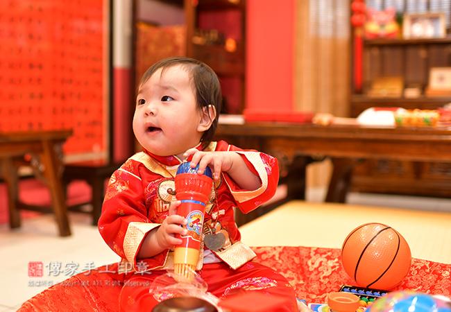 抓周儀式寶寶淨手特寫照