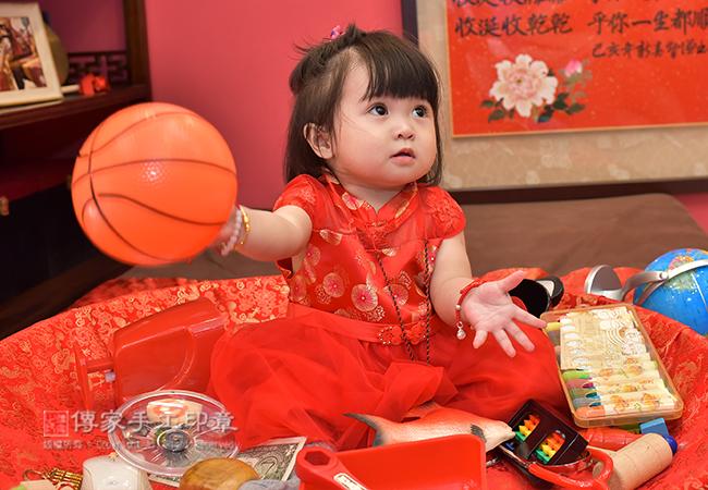 寶寶手抓籃球照