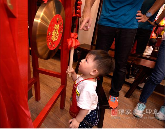 寶貝自己想拿棒子敲鑼照