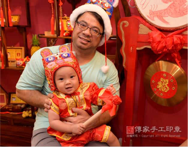 爸爸抱著孩子拍合照