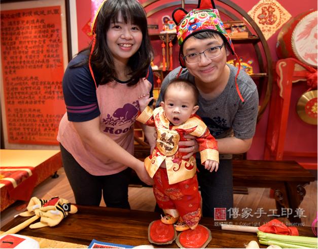 寶貝感到好奇紅龜糕的儀式照
