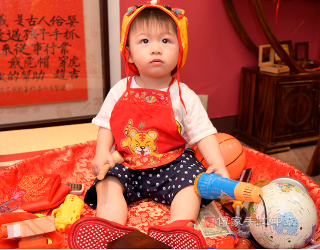 寶寶抓周拍照特寫,嬰兒坐姿凝望遠方照