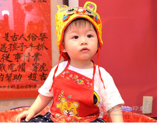 寶寶抓周拍照特寫,嬰兒側臉照
