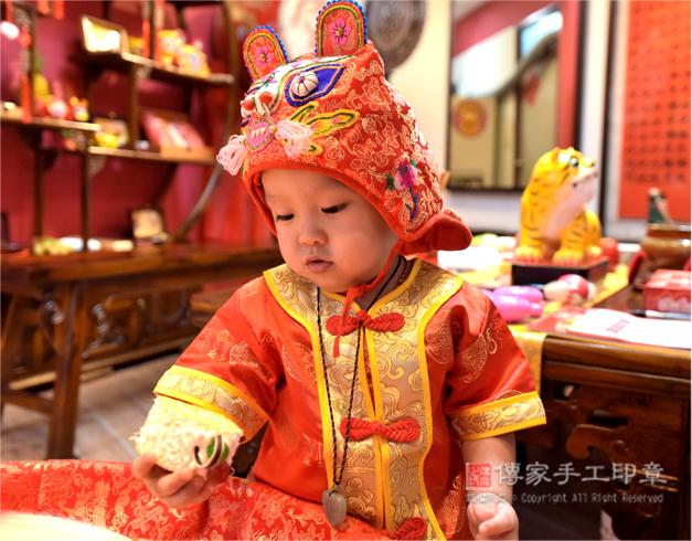寶寶抓周拍照特寫,手拿物品開心的樣子照