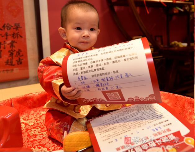 嬰兒抓周拍照特寫,手拿抓周證書可愛照照
