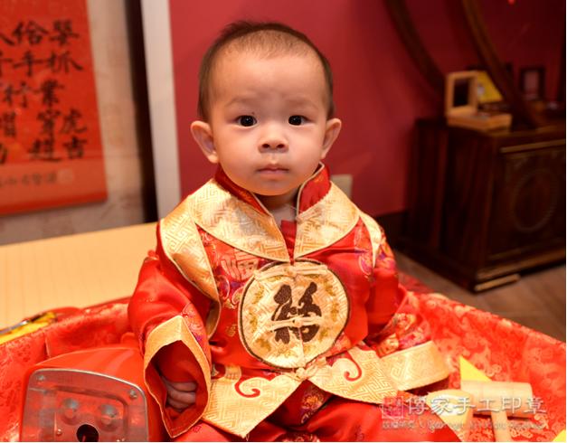 嬰兒抓周拍照特寫,穿古禮服可愛照片照