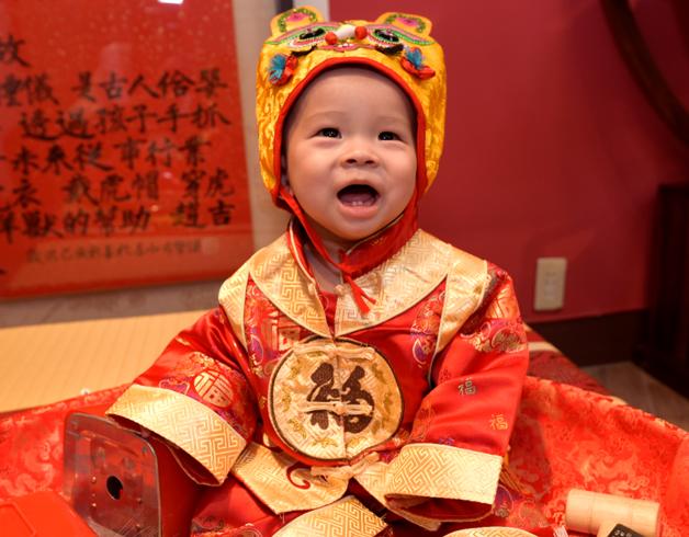 嬰兒抓周拍照特寫,穿古禮服可愛照