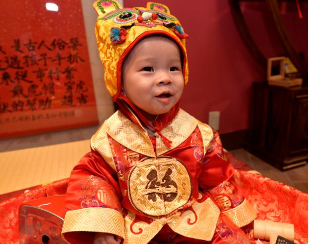 寶寶抓周拍照特寫,穿古禮服可愛照
