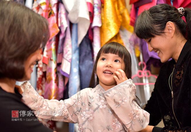 爸媽幫寶貝挑選中國風衣服照