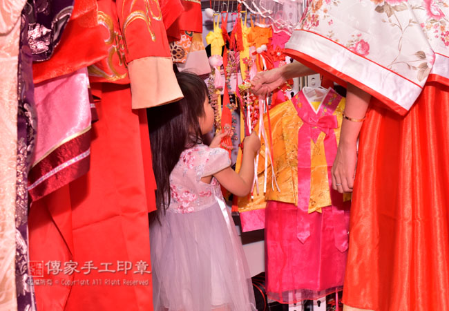 媽媽和寶寶在挑選喜歡古裝禮服,以及飾品和頭飾照