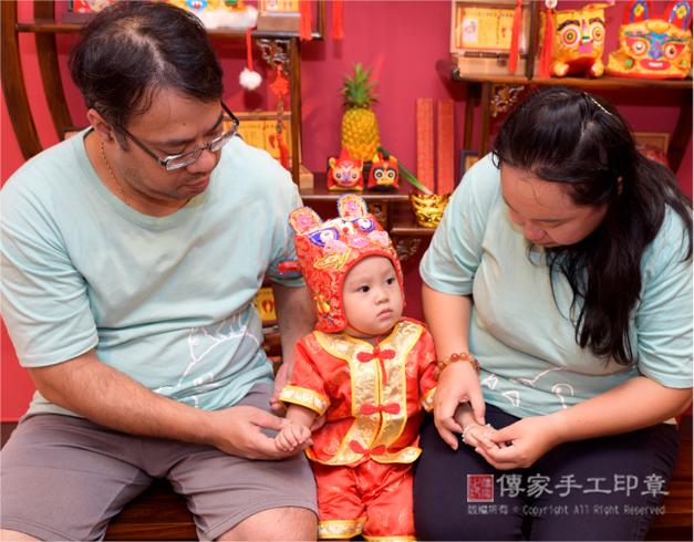 媽咪幫寶寶戴上翡翠手鍊,過程拍照圖