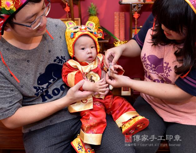 寶寶穿戴翡翠手鍊,象徵富貴吉祥照