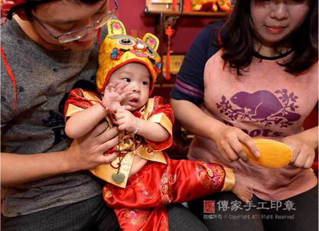爸媽給寶貝穿戴富貴平安虎符翡翠玉珮照