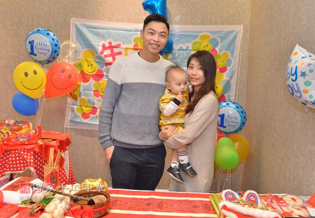 呂寶寶於桃園餐廳飯店舉辦抓周及慶生,全家福合照