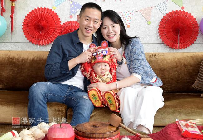 爸媽和寶貝一起開心合照,慶祝寶貝一歲生日照