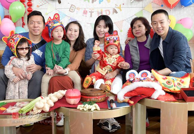 家族成員和親朋友好友一起給寶貝給寶貝祝福生日快樂,慶生派對,到府抓周照