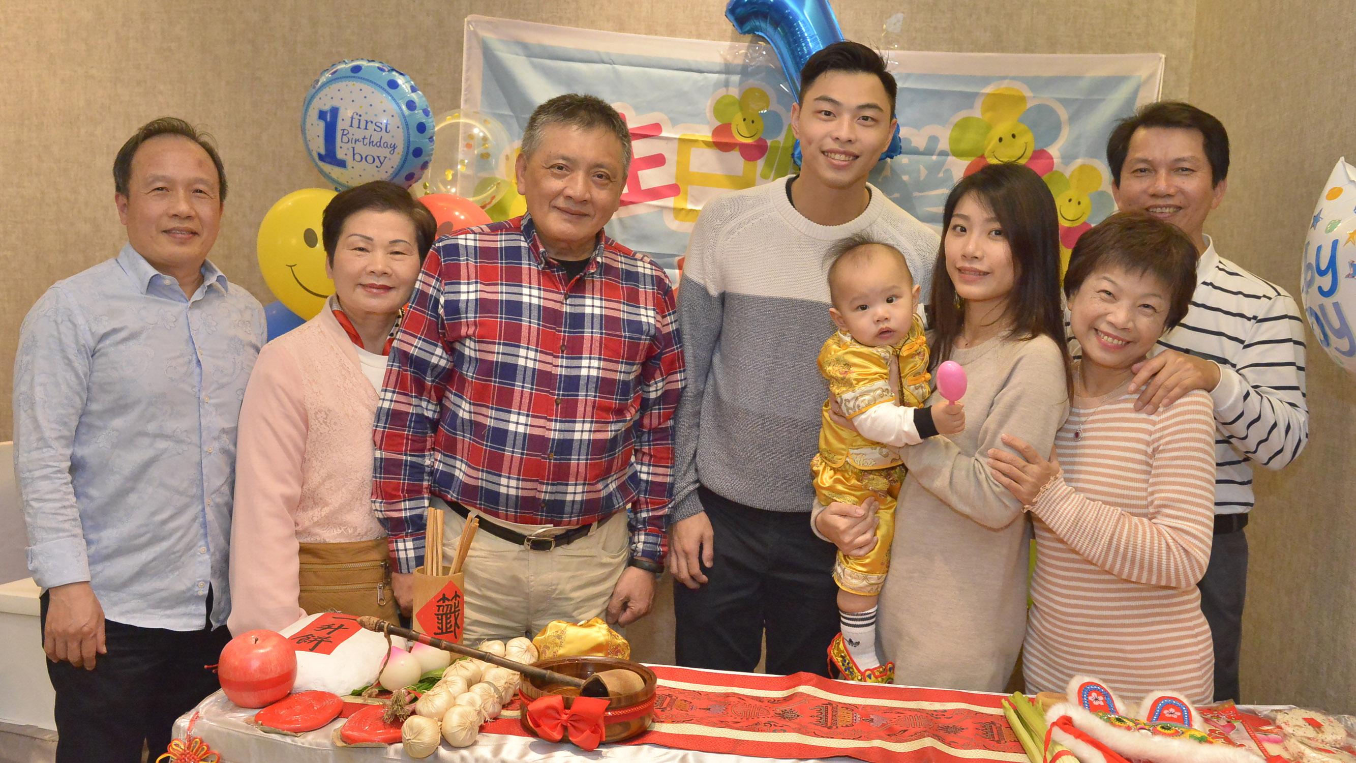 台中市西屯區給莊寶寶慶生和到府抓周範例全家福照