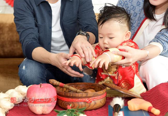 給寶貝進行抓周的淨手儀式照