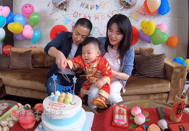 給寶貝慶生,唱生日快樂歌,切蛋糕