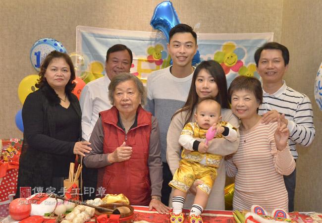 家人和親友一起跟寶貝合照留念,祝福寶貝健康平安長大