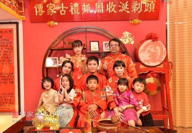 歡迎全家一起穿古裝禮服,進行正宗嬰兒抓周度脺的儀式和吉祥話照