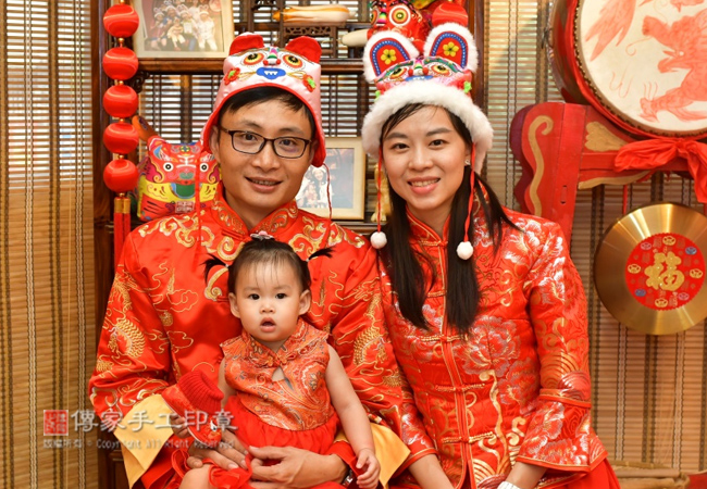 全家一起穿古裝禮服,進行正宗嬰兒抓周度脺的儀式和吉祥話照