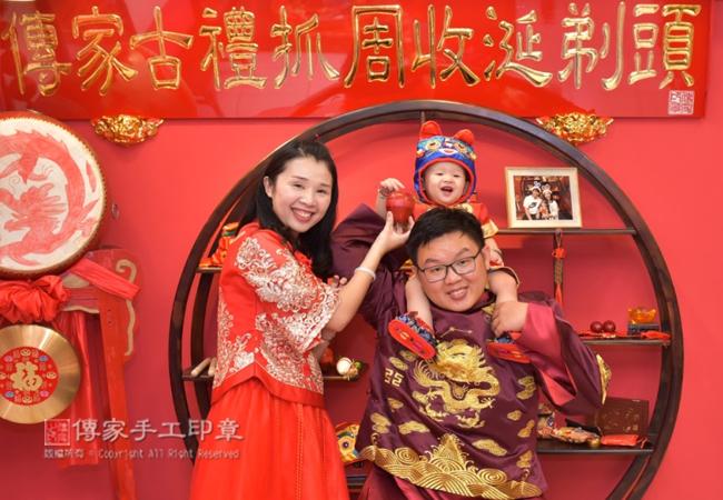 抓周度脺儀式,會有主持人,帶領爸媽和寶貝完成儀式及拍照紀念