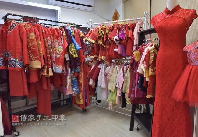 有專業的更衣室替供爸媽和寶貝換古裝禮服照
