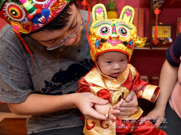 媽媽親自幫寶貝幫寶寶戴上「銀飾富貴福袋紅繩手鍊」照