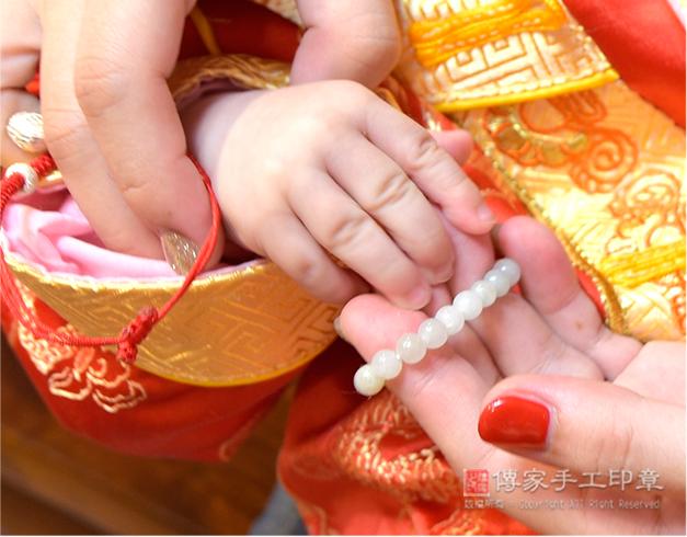媽媽親自幫寶貝戴上翡翠手鍊照