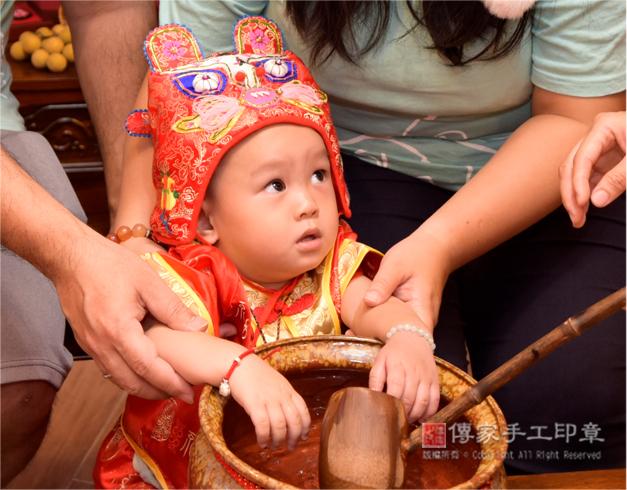 嬰兒抓周淨手,孩子可愛的特寫表情照
