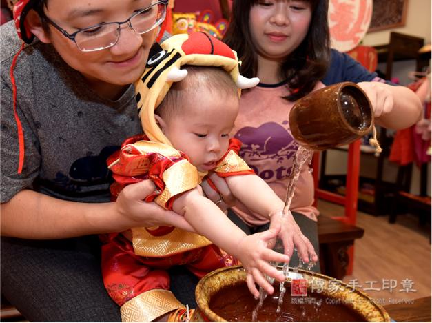 可愛寶寶淨手的儀式特寫照照