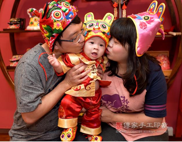 爸媽親吻寶貝的拍照