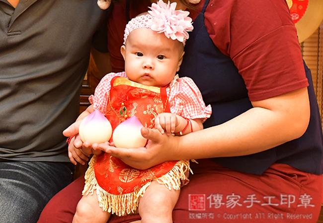 收涎儀式拍照,寶寶吃壽桃:象徵長命百歲