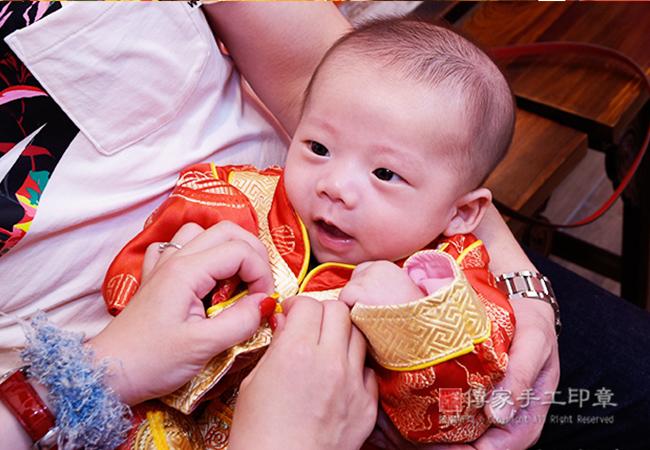 媽媽幫寶寶穿吉祥古禮服特寫照