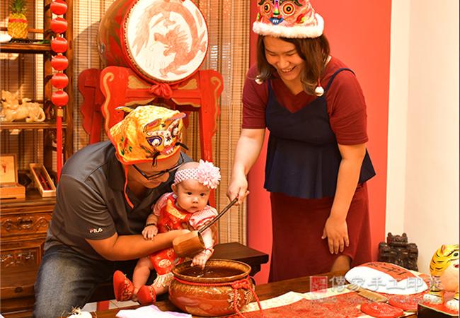 媽媽給寶寶淨手儀式拍照紀念照