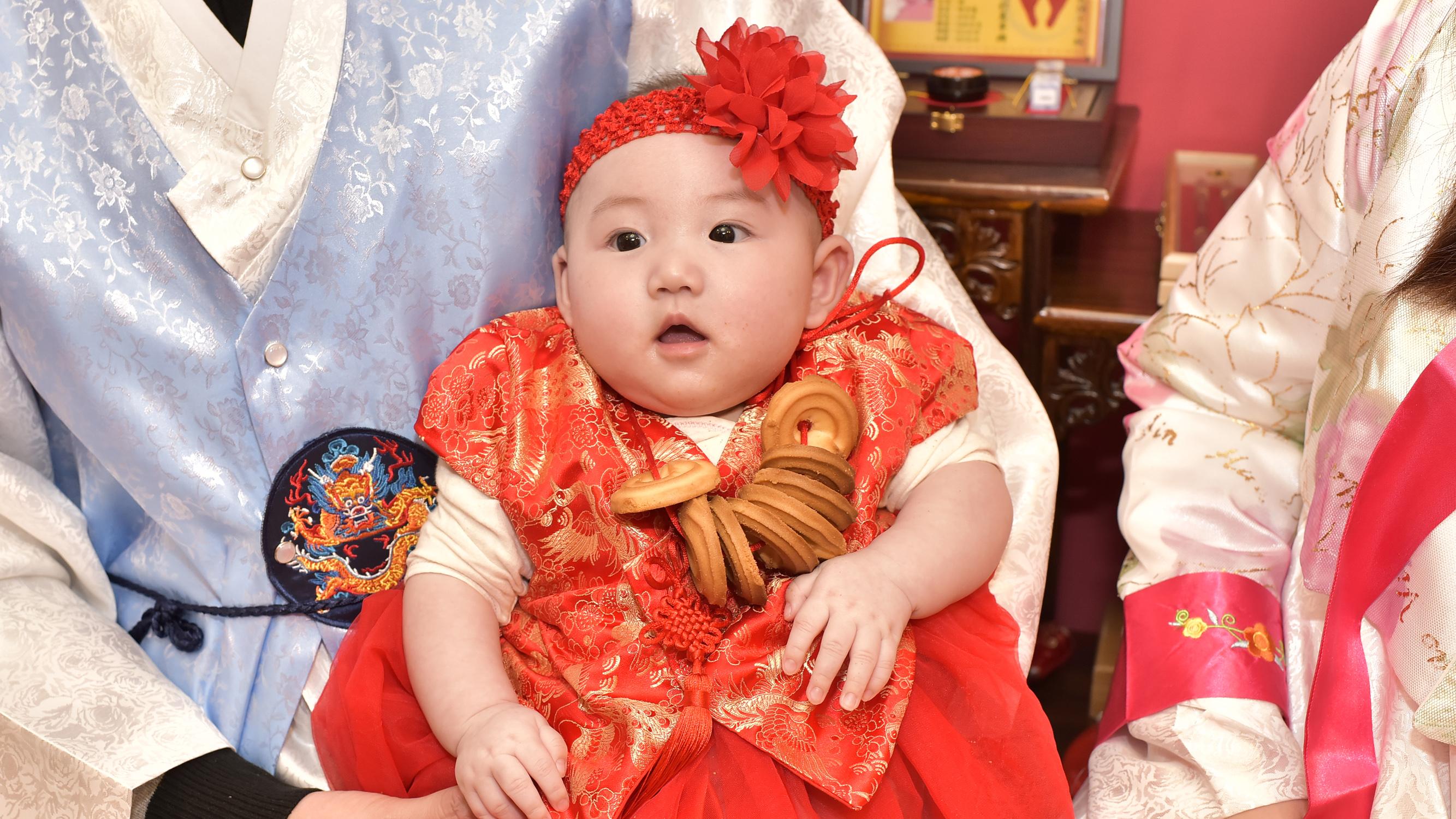 寶寶戴上收涎餅儀式特寫