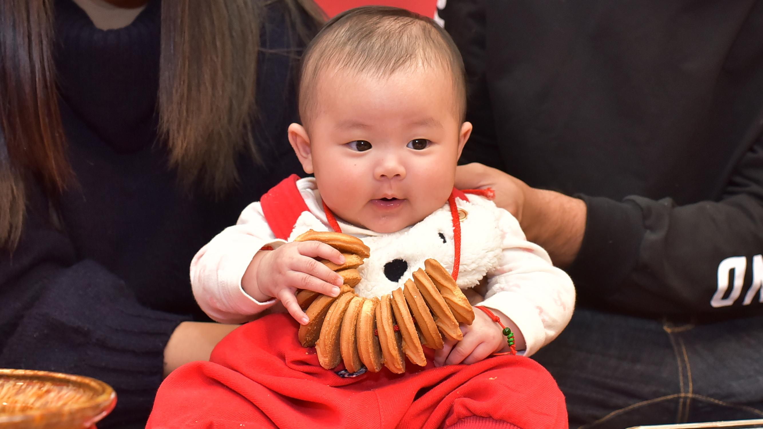 寶寶收涎餅儀式特寫