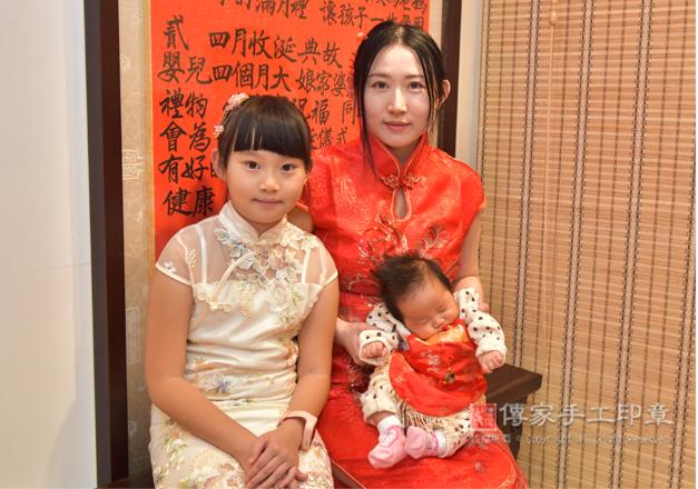 媽媽和兩個女兒,穿中國風的古裝禮服合照