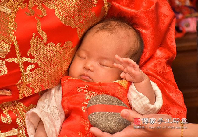 寶寶剃頭祝福儀式石頭壯膽祝福拍照特寫